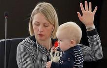 Ảnh: Các nữ nghị sĩ chăm con nhỏ giữa Nghị viện châu Âu và LHQ