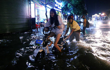 Nữ sinh ở Sài Gòn loạng choạng, suýt té vì ô tô di chuyển tạo sóng trên đường ngập như sông