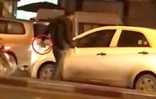 Hà Nội: Say rượu, người đàn ông chạy xe máy ra đường chặn xe, cầm gạch đập vỡ kính ô tô