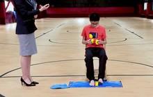 Thần đồng rubik Trung Quốc: Giải rubik trong khi tung hứng, bằng cả tay chân và trong lúc bị treo ngược