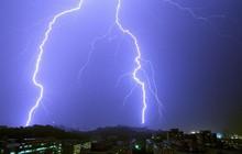Dùng điện thoại đang sạc lúc trời mưa, bé gái 6 tuổi bị sét đánh tử vong