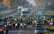 Người biểu tình Pháp chặn đường cao tốc, đốt phá các trạm thu phí
