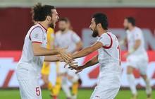 Hy hữu: Hai cầu thủ Syria tự ngáng chân nhau ngã trong vòng cấm, Australia chịu phạt đền oan uổng