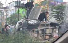 Hà Nội: Xế hộp mất lái lao lên dải phân cách húc đổ 2 cây xanh rồi nằm phơi bụng, 3 người bên trong lồm cồm trèo ra ngoài