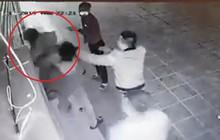 Clip: Nhóm thanh niên túm tóc, đánh đập một cô gái giữa khu chung cư lớn tại Hà Nội
