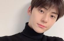 """Nam thần Kpop mãi mới được """"khai quật"""": Ra mắt 5 năm mới nổi tiếng vì đẹp trai, 7 năm bỗng thành thánh mặt mộc"""