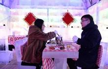Hàng triệu người háo hức thưởng thức lẩu ở nhà hàng làm bằng băng chỉ mở cửa một lần mỗi năm