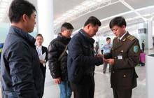 Khách ngoại dùng chứng minh thư giả đi máy bay tại Nội Bài
