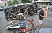 TP. HCM: Xe tải lật ngang trên cầu vượt tông trúng 2 xe máy, 3 người bị thương