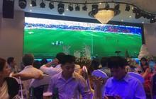 Đám cưới biến thành SVĐ thu nhỏ, quan khách vừa dự tiệc vừa ăn mừng khi ĐT Việt Nam giành vé vào tứ kết