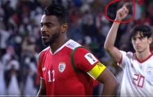 """Tiền đạo Iran ghi 2 bàn vào lưới Việt Nam có hành động """"nhắc bài"""", giúp thủ môn đội nhà cản penalty thành công"""