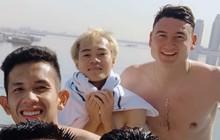 """Văn Lâm cùng đồng đội khoe """"body chuẩn soái ca"""" bên bể bơi"""