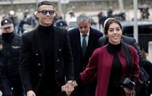 Ronaldo mặc đẹp như tài tử, tươi cười nắm tay bạn gái ra tòa nhận án tù treo và nộp phạt 496 tỷ VNĐ
