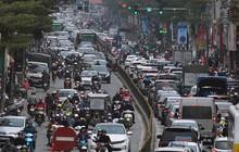 Ảnh: Không phải giờ cao điểm, nhiều tuyến phố Thủ đô vẫn ùn tắc kéo dài hàng km