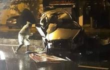 Quảng Nam: Ô tô nát bét khi tông vào dải phân cách, 2 thanh niên bị thương nặng