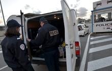 Pháp bắt giữ xe tải chở 10 người Việt Nam nhập cư trái phép vào Anh