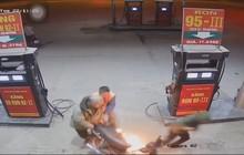 """Nam thanh niên bật lửa """"soi bình xăng"""": Phải sử dụng 3 bình cứu hỏa mới có thể dập tắt được ngọn lửa"""