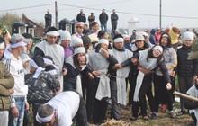 Khăn tang phủ trắng đường làng ngày đưa 6 nạn nhân thiệt mạng trong vụ tai nạn giao thông thảm khốc ở Hải Dương về nơi an nghỉ cuối cùng