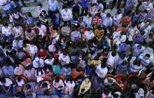 Ảnh: Hàng nghìn người ngồi vật vờ lúc nửa đêm ở sân bay Tân Sơn Nhất đón Việt kiều về quê ăn Tết Kỷ Hợi 2019