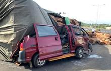 Xe container chở gỗ lật ngửa trên đường, một người bị thương