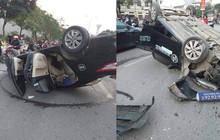 Người dân cạy cửa xe taxi lật ngửa cứu 2 người bị thương
