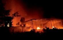 3 ngôi nhà bốc cháy kinh hoàng trong đêm, người dân ôm con bỏ chạy