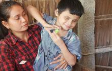 Bố bị chấn thương sọ não, con trai mù 6 tuổi gục đầu lên vai mẹ, ú ớ lấy lá dừa hốt cát để ăn