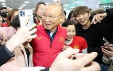 Báo Hàn cực ngỡ ngàng với sức hút của thầy trò HLV Park Hang-seo: Một khung cảnh tuyệt vời! Fan đã chờ nhiều giờ chỉ để được gặp toàn đội