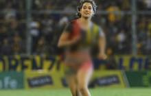 CĐV nữ khỏa thân, chạy vào sân làm gián đoạn trận đấu ở Argentina
