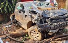 Ôtô mất lái tông sập quán cà phê ven đường, tài xế mắc kẹt kêu cứu trong cabin