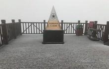 Đỉnh Fansipan bất ngờ xuất hiện lớp băng trắng xóa sau cơn mưa