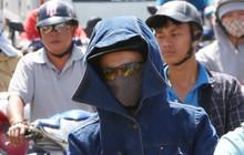 Nắng nóng liên tục nhiều ngày ở Sài Gòn, người dân tìm cách bảo vệ da khỏi tia UV gần chạm ngưỡng khi ra đường