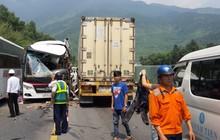 Nóng: Ô tô khách chở đoàn du lịch đấu đầu container, 11 người bị thương