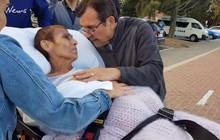 Khoảnh khắc người mẹ ung thư được đưa tới bãi biển ngắm hoàng hôn lần cuối gây xúc động mạnh