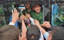 Ảnh: Hàng nghìn tân binh Thủ đô bịn rịn chia tay người thân và bạn gái trong ngày nhập ngũ