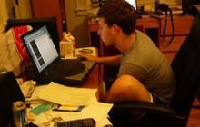 Loạt hình hiếm thời sinh viên của ông chủ Facebook được chia sẻ rầm rộ với thông điệp: Khổ trước sướng sau thế mới giàu!