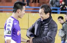 HLV Lee Young-jin tay bắt mặt mừng, cười sảng khoái khi gặp lại các học trò ở tuyển Việt Nam