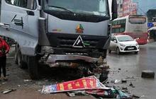 """Hà Nội: Đang ngồi trong taxi chờ bắt khách, tài xế tử vong thương tâm vì bị xe tải """"điên"""" lao đến húc văng"""