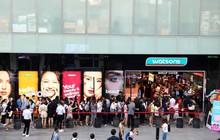 Hàng trăm khách hàng đến cực sớm xếp hàng để mua sắm tại Watsons trong ngày mở bán đầu tiên