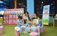 Hai con của Lý Hải, Minh Hà háo hức chơi đồ chơi khi tham dự sự kiện