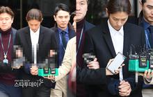 Bàng hoàng hình ảnh Jung Joon Young bị trói chặt 2 bên, còng tay giải đến trại giam để chờ lệnh bắt