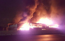Xe khách cháy ngùn ngụt, hàng chục hành khách đập cửa thoát thân