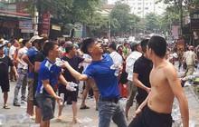 Clip: Người dân ném hàng trăm chai nước vào đám cháy để dập lửa ở Hà Tĩnh