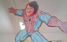 Phương pháp chống quậy phá cực đỉnh: Treo hình cô giáo mình Spiderman to đùng giữa trần nhà để quan sát lớp