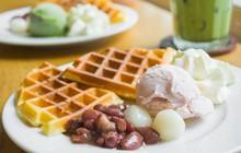 Sài Gòn Chủ nhật trời mưa lai rai dai dẳng, thích hợp để nhâm nhi món bánh waffle nóng ấm thơm phức mùi bơ ngọt ngào