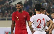 """Hài hước nhìn cầu thủ """"ông chú"""" U23 Indonesia cố gắng bắt chuyện làm thân với Đình Trọng"""