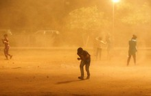"""Hãi hùng cảnh tượng bão bụi khổng lồ """"nuốt chửng"""" Ấn Độ, Pakistan"""