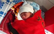 Nghệ An: Phát hiện bé gái 1,3kg bị bỏ trong hộp giấy trước cổng nhà