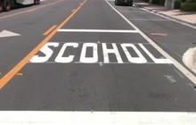 """Lỗi chính tả """"school"""" nhầm thành """"scohol"""" gần trường học Mỹ gây cười"""