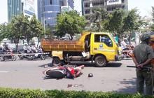 """TP.HCM: Tông vào xe dọn vệ sinh đậu giữa đường, một """"ninja"""" nguy kịch"""